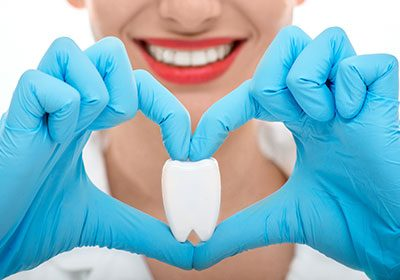 Dentist-holding-tooth-in-heart-shape